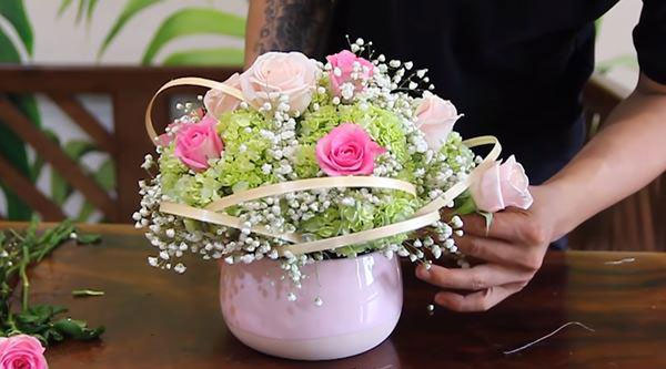 cách cắm hoa hồng trong bình sứ tròn thấp - hình ảnh 4