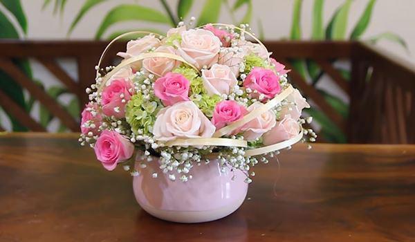 cách cắm hoa hồng trong bình tròn thấp